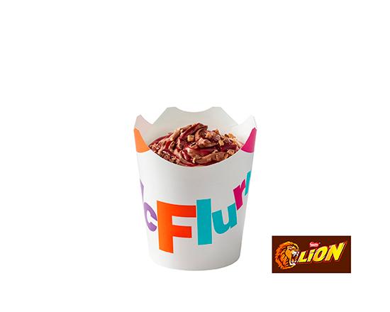 McFlurry o smaku czekoladowym z polewą wiśniową i posypką Lion