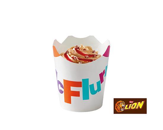 McFlurry® o smaku słonego karmelu z posypką Lion®i polewą truskawkową