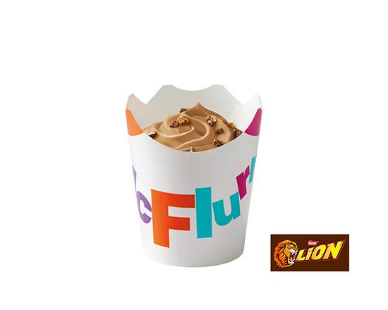 McFlurry® o smaku słonego karmelu z posypką Lion®
